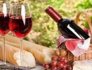 piknik_vino_butylka_baget_priroda_1920x1080