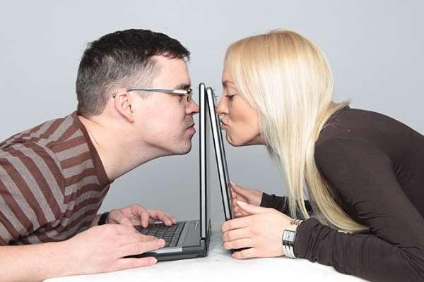 Жена сидит в сайте знакомств