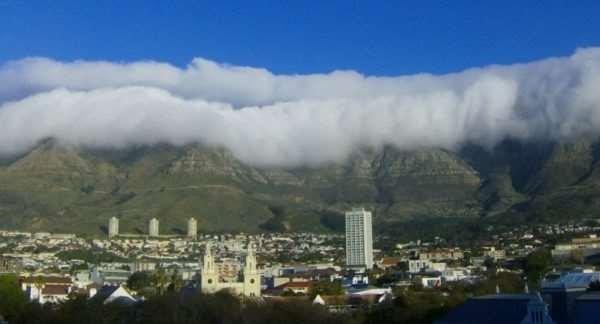 Столовая гора. Под белой «скатертью» из облаков.