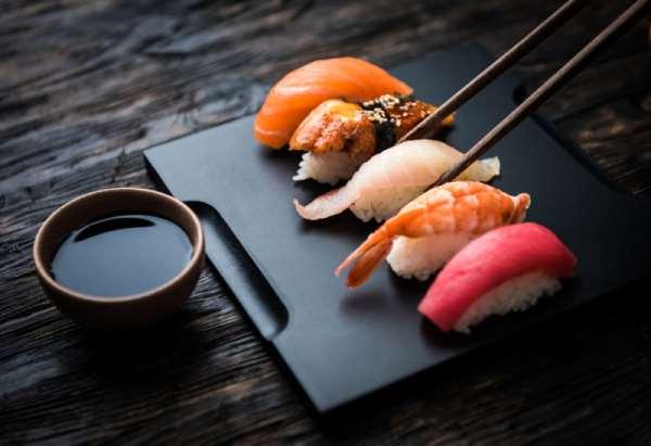 Соблюдаем традиции: как правильно есть суши?