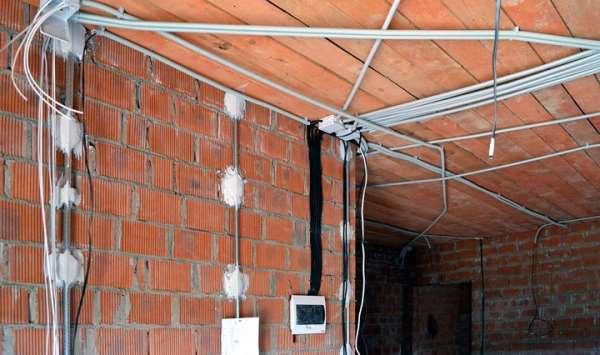 Прокладка электропроводки открытого и закрытого типа – в чем разница